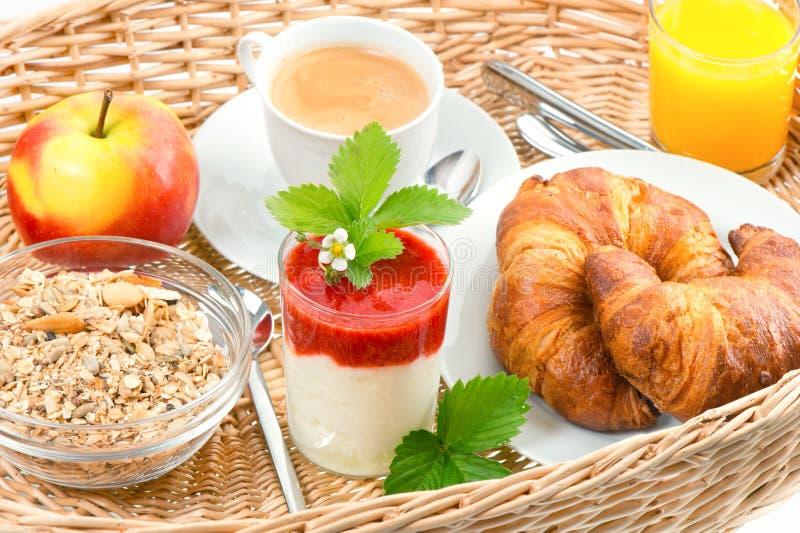 Pequeno almoço com café, croissants e sumo de laranja imagens de stock