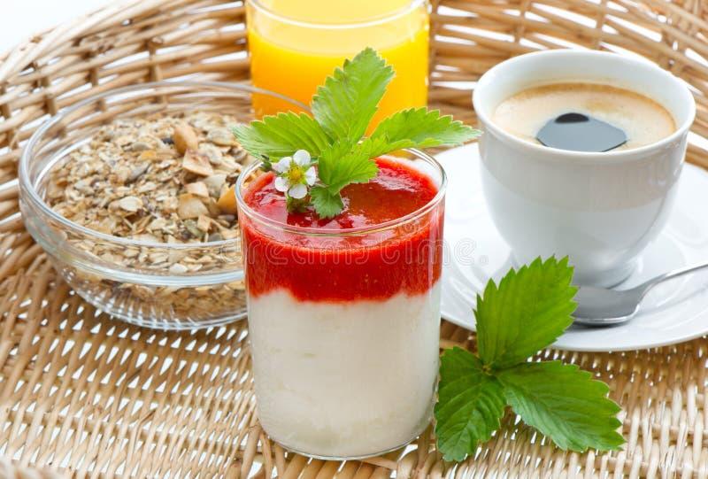 Pequeno almoço com café, sumo de laranja, yogurt imagens de stock royalty free