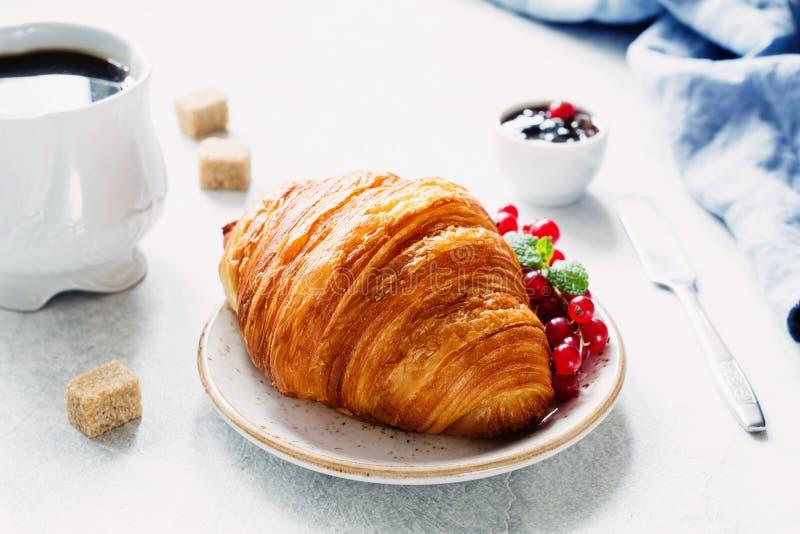 Pequeno almoço com croissant e café foto de stock royalty free