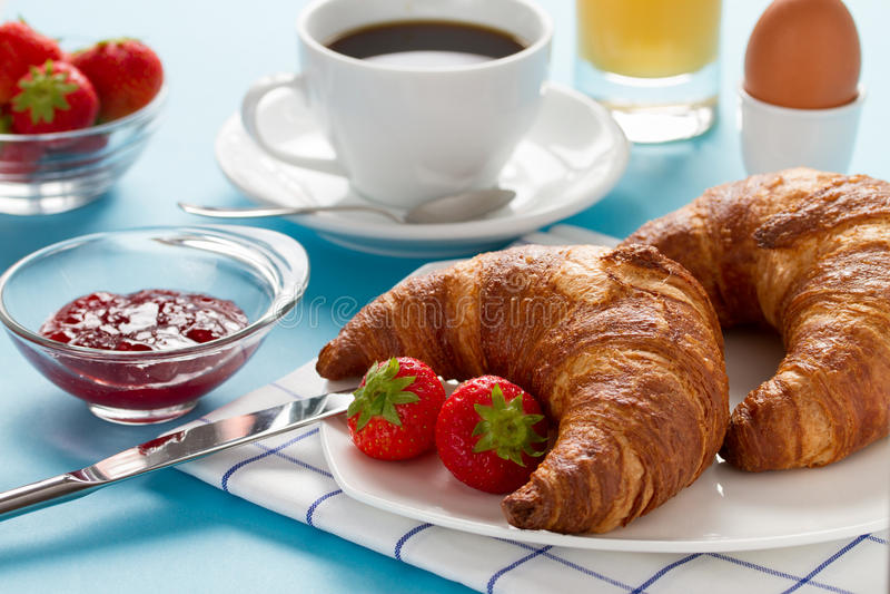 Pequeno almoço com croissants e café fotografia de stock royalty free
