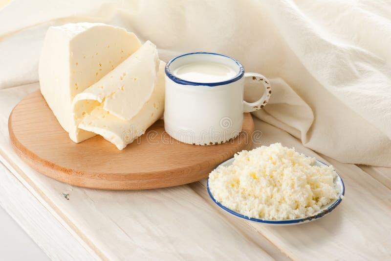Pequeno almoço com leite, queijo de casa de campo foto de stock