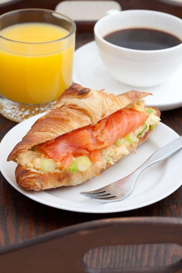 Pequeno almoço delicioso do croissant e de salmões fumados imagens de stock royalty free