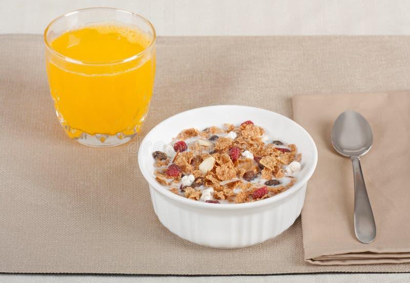 Pequeno almoço do cereal e do suco imagens de stock royalty free