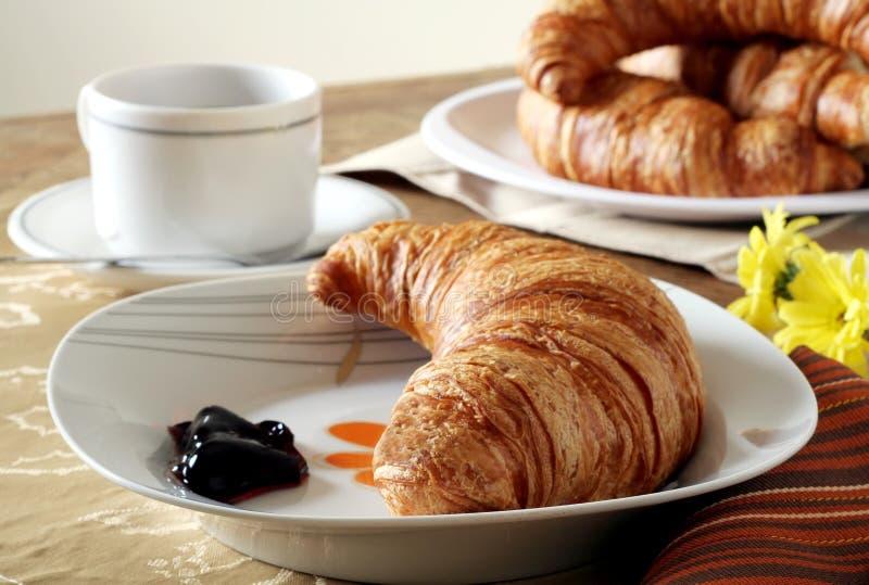 Pequeno almoço do Croissant imagens de stock