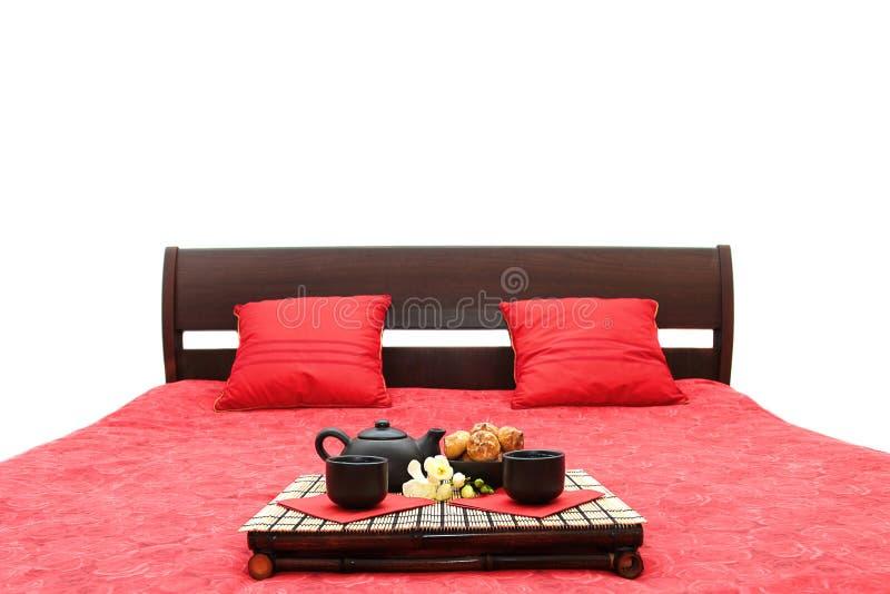 Pequeno almoço em uma cama fotografia de stock royalty free