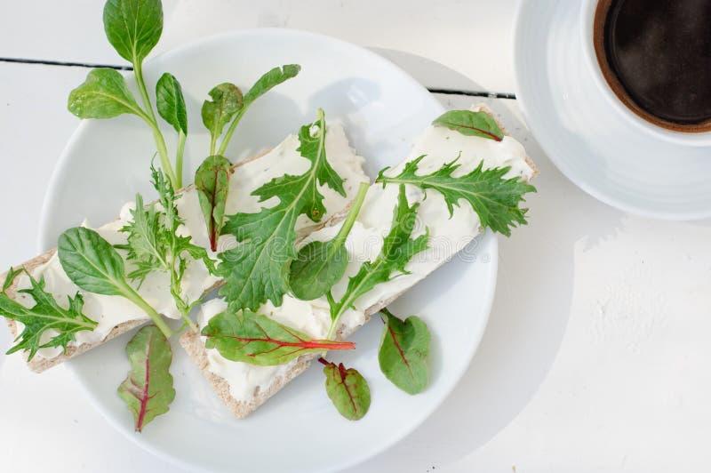 Pequeno almoço fresco do verão imagem de stock royalty free