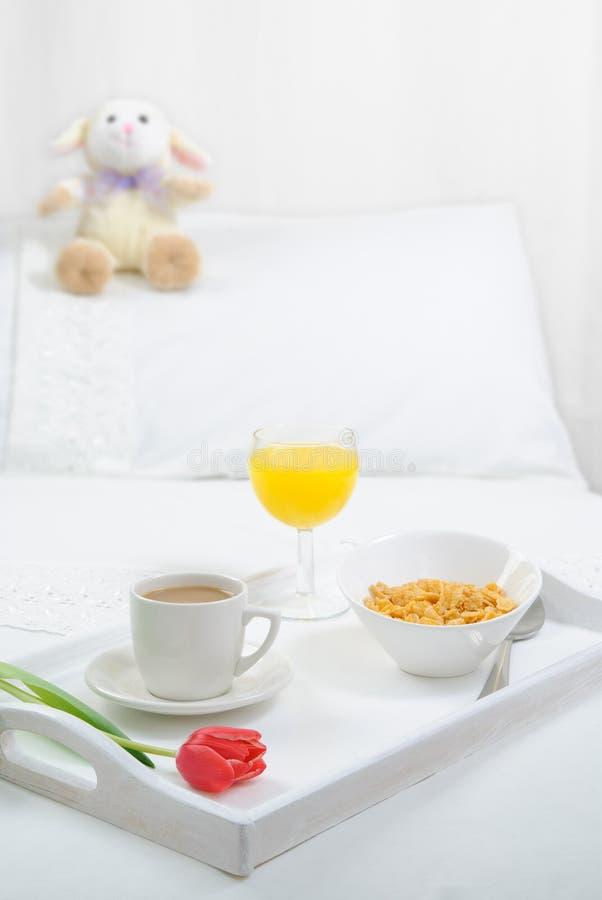 Pequeno almoço na cama fotografia de stock royalty free