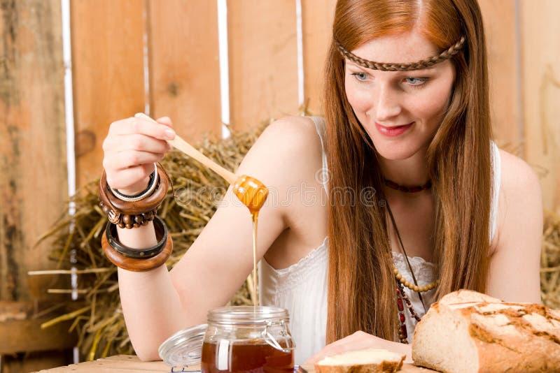 pequeno almoço novo da mulher do hippie do Vermelho-cabelo no celeiro imagens de stock