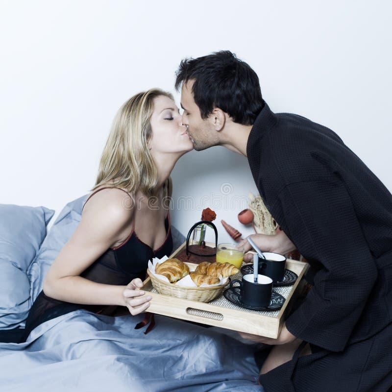 Pequeno almoço romântico na cama foto de stock
