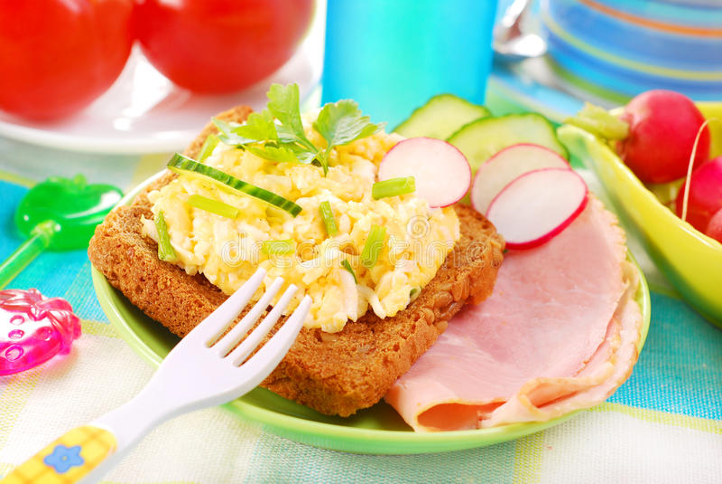 Pequeno almoço saudável para a criança foto de stock
