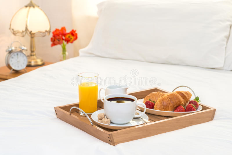 Pequeno almoço serido na cama imagem de stock