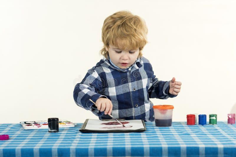 Pequeno artista Um menino desenha numa aula de escola Educação pré-escolar foto de stock royalty free