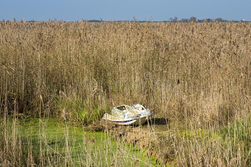 Pequeno barco abandonado na reserva natural de Esmoriz, Portugal foto de stock