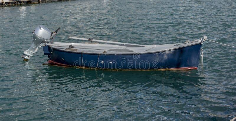 Pequeno barco de madeira com motor fotografia de stock