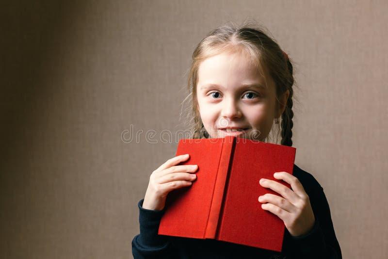 Pequeno bonito com livro fotos de stock