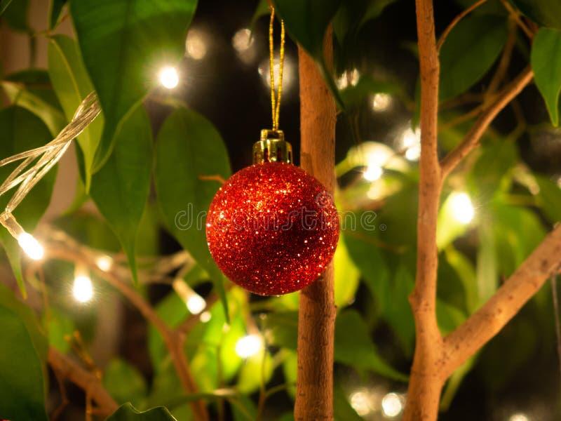 Pequeno brilho brilhando vermelhos ornamentação de Natal foto de stock royalty free