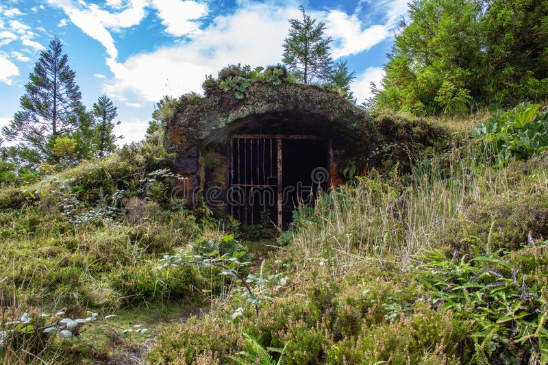 Pequeno bunker abandonado próximo a Lagoa Rasa, Ilha de São Miguel, Açores, Portugal imagens de stock royalty free