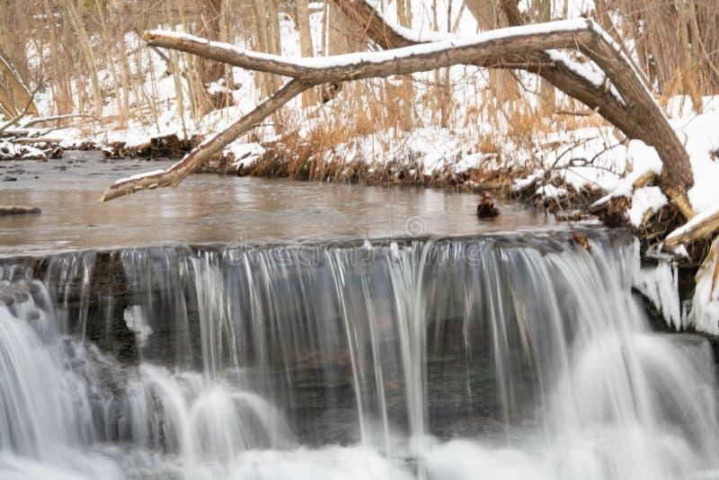 Pequeno degrau num rio de inverno imagens de stock