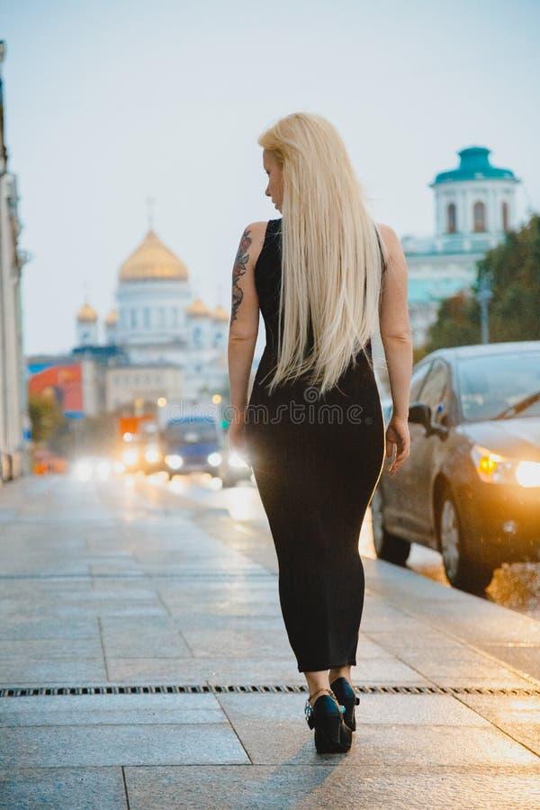 Pequeno estatura curto loura em uma cidade grande fotos de stock
