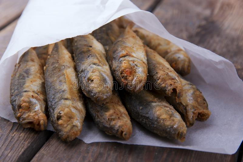 Pequeno fritado atuns dos peixes imagem de stock royalty free