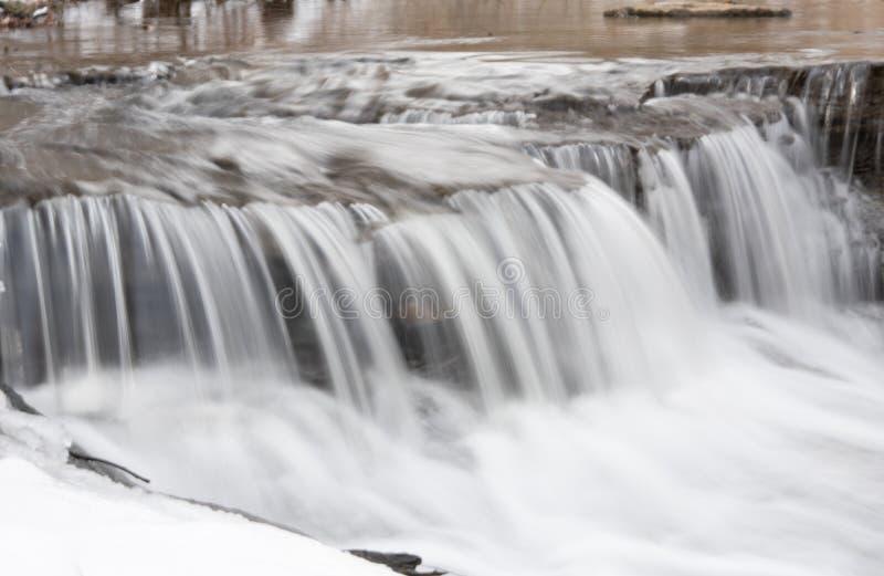 Pequeno passo do rio no inverno fotografia de stock