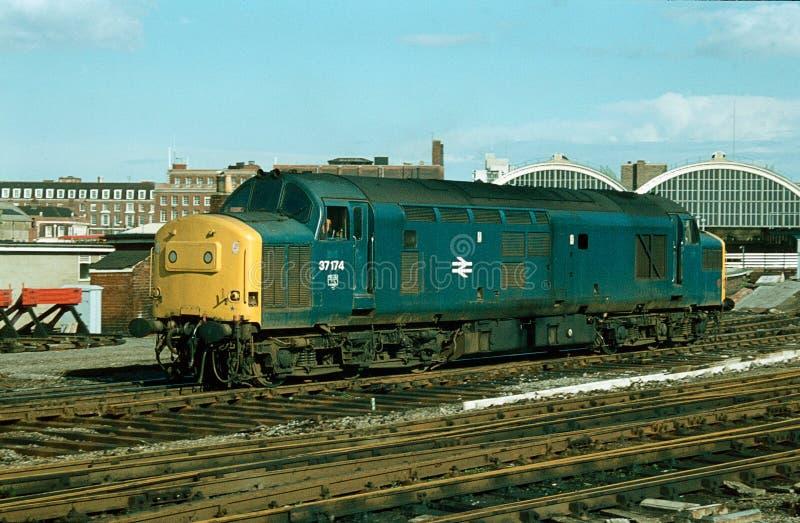 Pequeno trem velho se aproximando da estação enquanto pedalava nos trilhos em York, Reino Unido fotos de stock royalty free