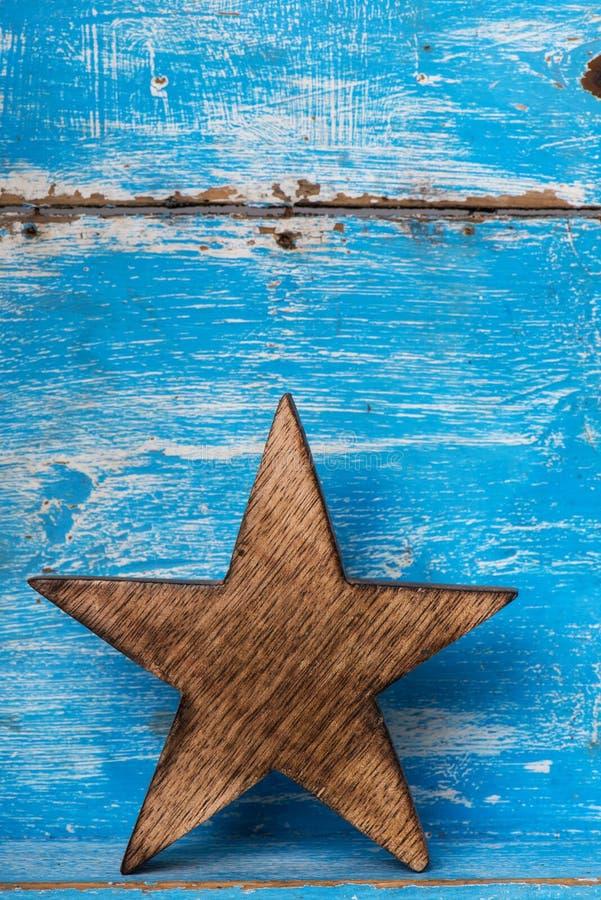 Pequeno trenó de madeira em um fundo azul fotografia de stock