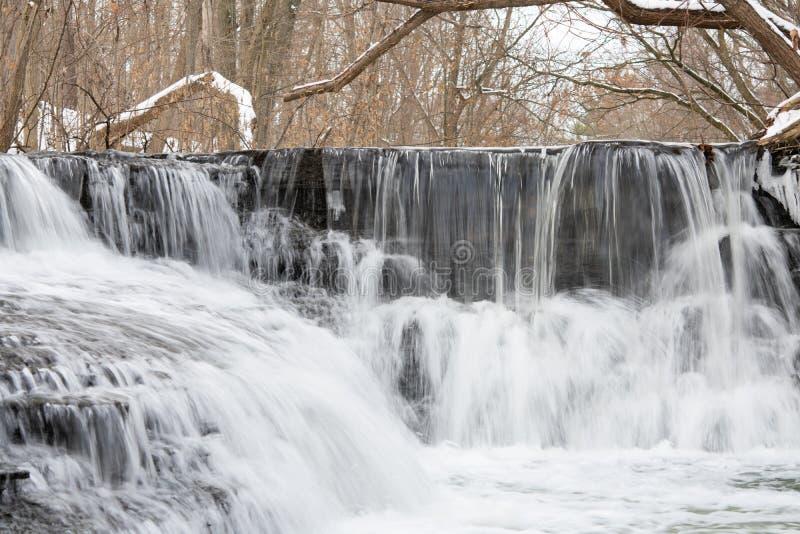 Pequenos passos em cascata de inverno fotos de stock