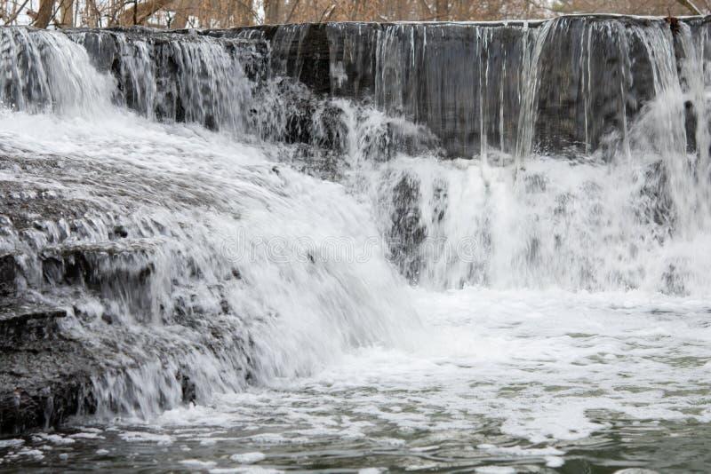 Pequenos passos no rio das cascas de inverno foto de stock royalty free