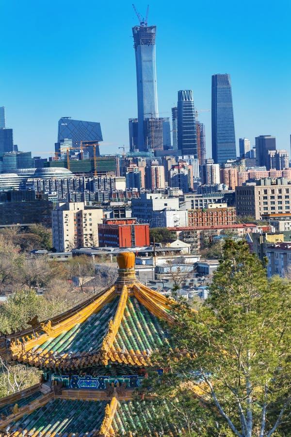 Pequim China da skyline dos arranha-céus do parque de Jingshan do pagode de Zhoushang fotografia de stock