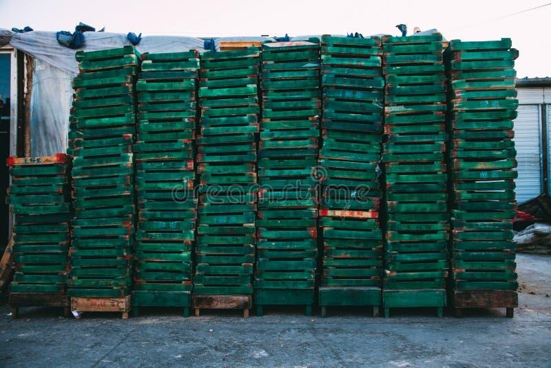 Pequim, China - 21 de dezembro de 2014: maciço colorido das caixas empilhado em páletes de madeira em um mercado imagem de stock royalty free