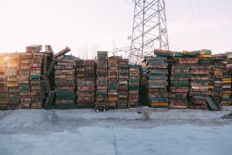 Pequim, China - 21 de dezembro de 2014: maciço colorido das caixas empilhado em páletes de madeira em um mercado II imagens de stock royalty free