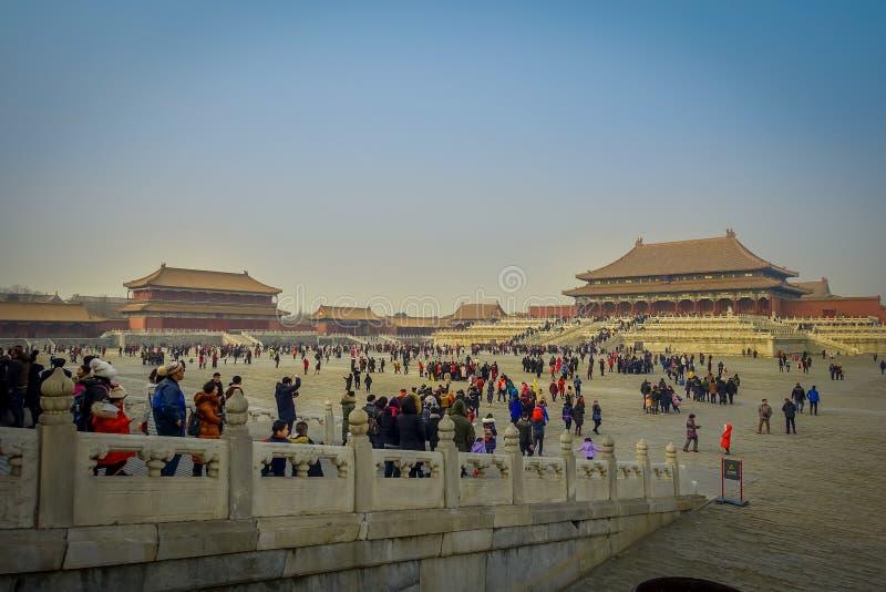 PEQUIM, CHINA - 29 DE JANEIRO DE 2017: Bonito obstruir com bordas decoradas estátuas, interior de trás visível das construções fotos de stock