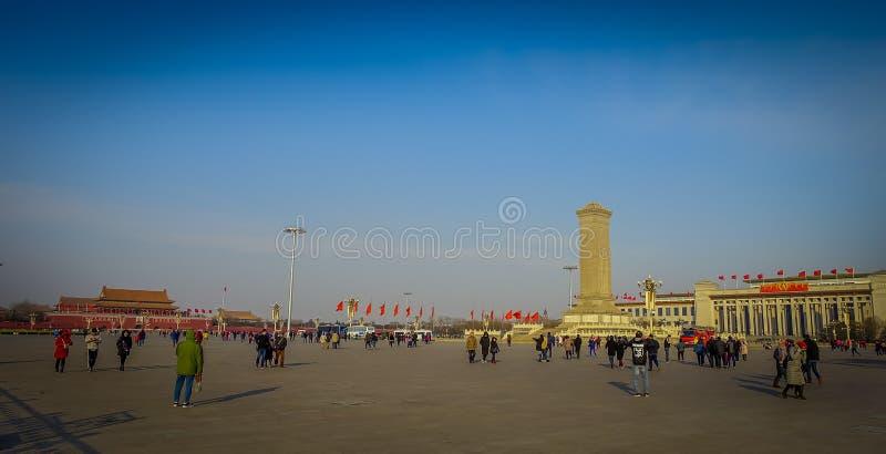PEQUIM, CHINA - 29 DE JANEIRO DE 2017: Monumento para heróis, estrutura alta situada no quadrado de Tianmen, céu azul bonito imagens de stock