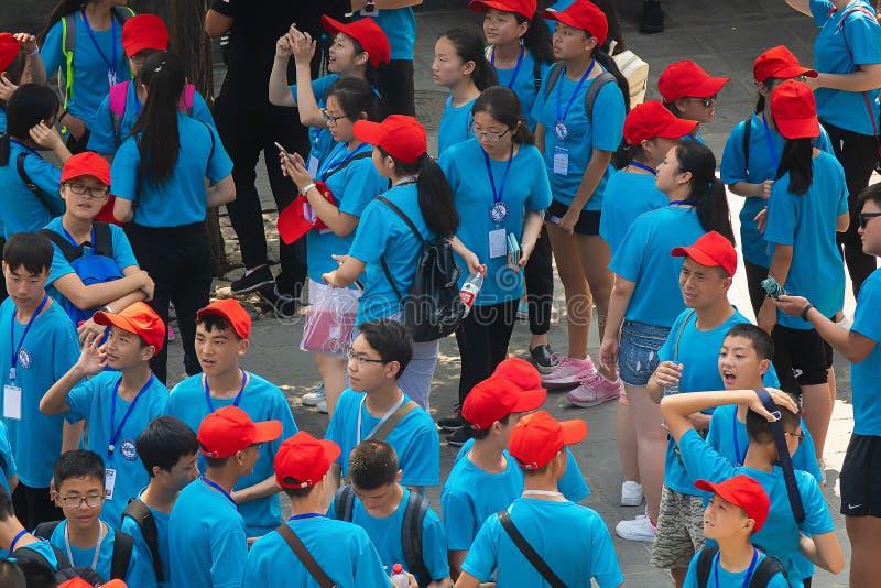 PEQUIM/CHINA 16 DE JULHO DE 2017: um grupo de povo chinês novo está esperando a entrada de um evento local foto de stock royalty free
