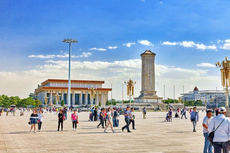 PEQUIM, CHINA - 19 DE MAIO DE 2015: Os povos aproximam o monumento ao Peopl fotografia de stock