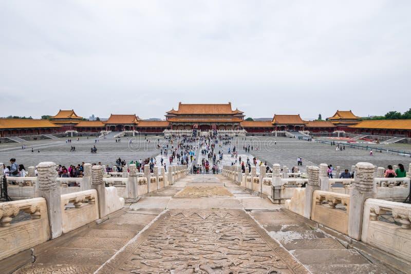 Pequim, China - 20 de maio de 2018: A opinião icónica dos hot spot os povos que viajam na Cidade Proibida que é um complexo do pa imagens de stock