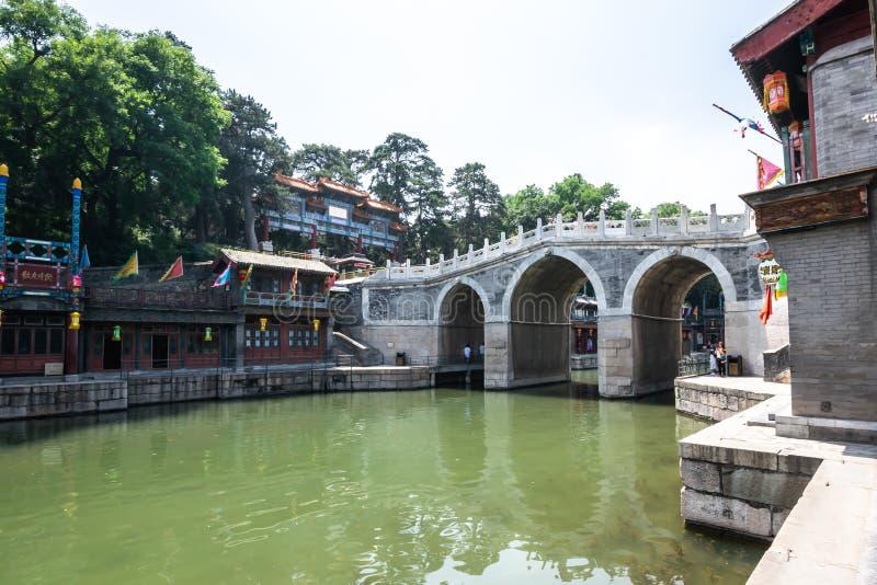 Pequim, China - 25 de maio de 2018: Vista do palácio de verão, um jardim imperial, onde integra salões tradicionais numerosos e foto de stock