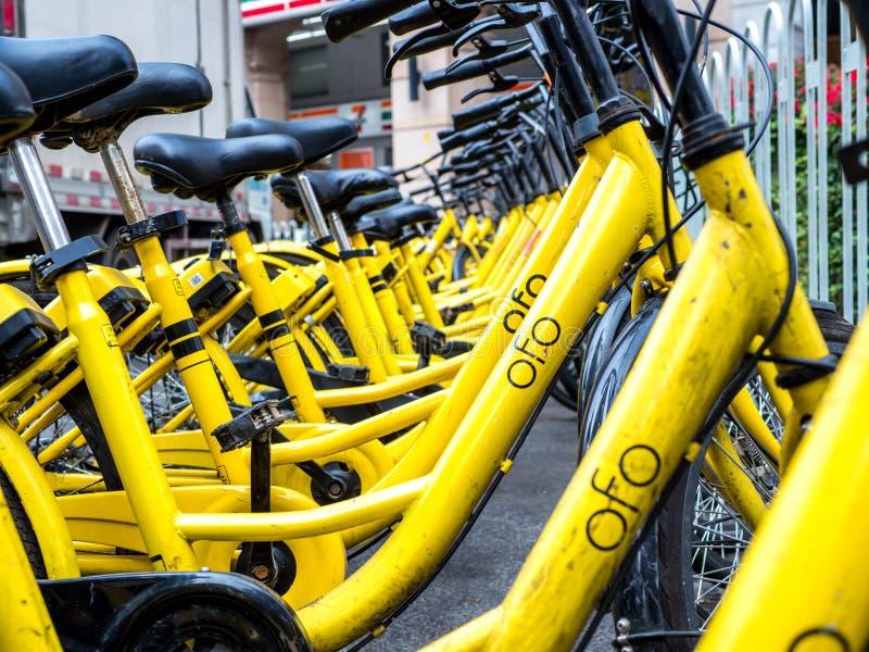 PEQUIM, CHINA - 27 DE MARÇO DE 2018: As bicicletas de Ofo são a bicicleta nova que compartilha da empresa em China Ofo é uma bici fotos de stock