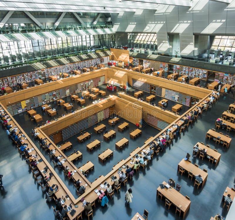 Pequim, China - 26 de mar?o de 2017: Ideia de ?ngulo larga da sala de leitura principal da biblioteca de China nacional imagens de stock royalty free