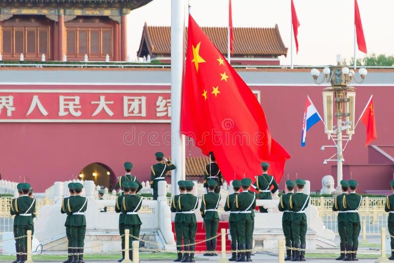 PEQUIM, CHINA - 13 de outubro de 2015: Cerimônia de levantamento de bandeira de Tiananmen fotos de stock royalty free
