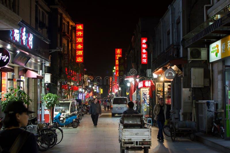 PEQUIM, CHINA - 29 DE SETEMBRO: Opinião da noite da rua de Hutong com peo fotos de stock royalty free
