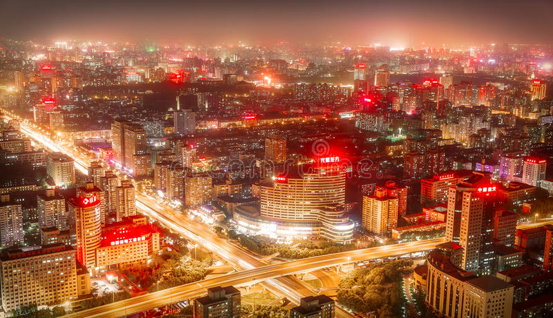 PEQUIM - CHINA, EM MAIO DE 2016: Cidade na noite em que os arranha-céus altos são iluminados imagem de stock