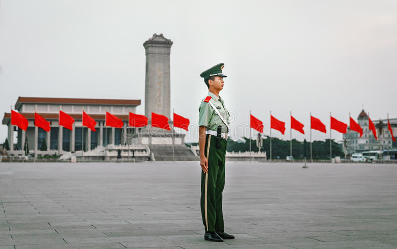 PEQUIM - CHINA, EM MAIO DE 2016: O soldado do protetor de honra no chinês da Praça de Tiananmen embandeira o fundo fotos de stock