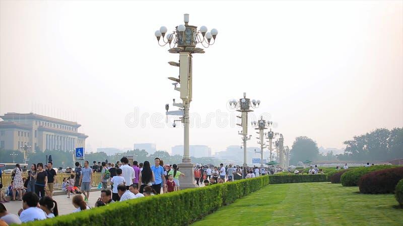 PEQUIM 24 DE JUNHO DE 2017: Turista estrangeiro na Praça de Tiananmen ensolarada, um dos locais os mais visitados no mundo inteir imagens de stock