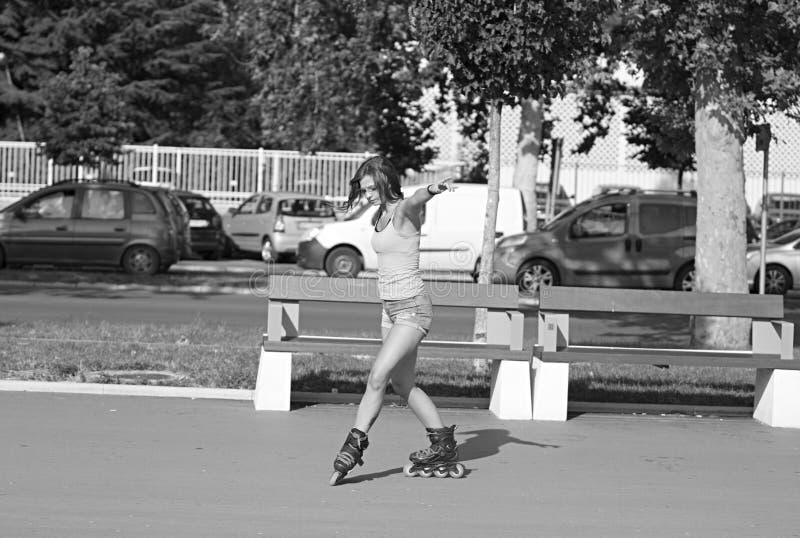 Pequim, foto preto e branco de China Menina nova, bonita, desportiva e do ajuste em patins inline fotos de stock royalty free