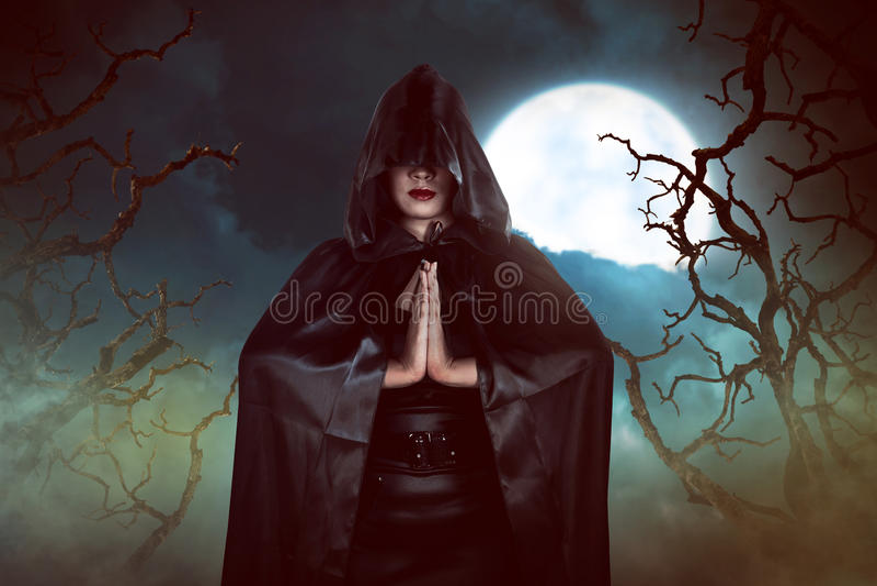 Período asiático da carcaça da mulher da bruxa na noite fotografia de stock