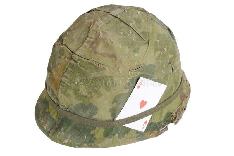 Período da guerra do vietname do capacete do exército dos EUA com o ás da tampa da camuflagem e da correia e do amuleto da muniçã ilustração do vetor