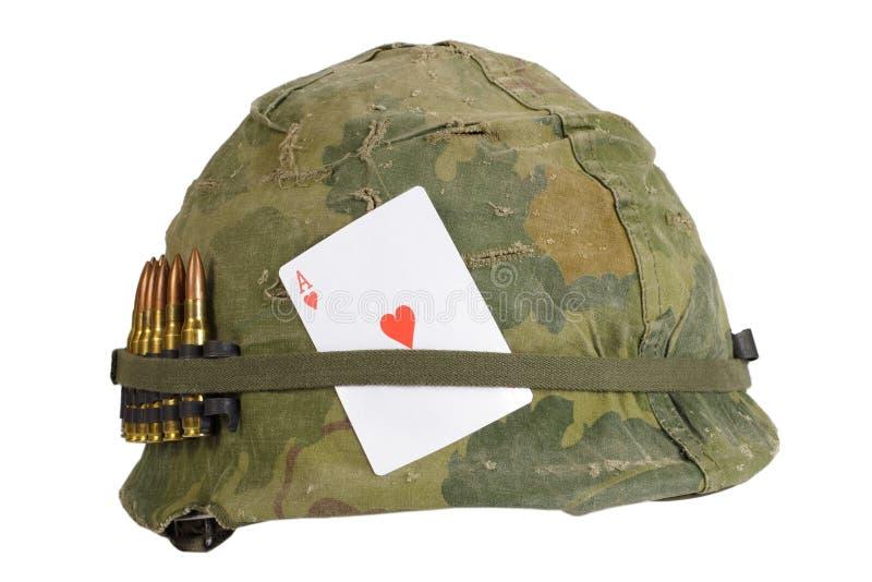 Período de la guerra de Vietnam del casco del Ejército de los EE. UU. imagen de archivo