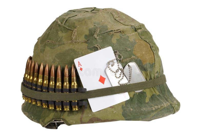 Período de la guerra de Vietnam del casco del Ejército de los EE. UU. con la cubierta del camuflaje y correa de la munición, plac fotos de archivo libres de regalías